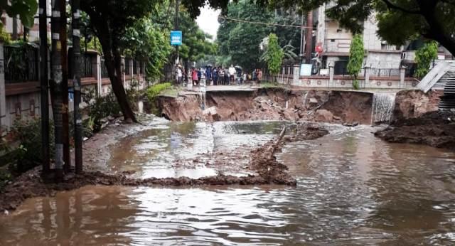 Road near Vartalok Apartments in Vasundhara caves in leaving residents in peril
