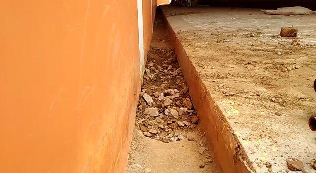जलेसर रोड स्थित कान्हा गौशाला निर्माण कार्य मे आ रही घोटाले की बू  सपा पार्षद देशदीपक यादव ने कहा एसी ऑफिस से बाहर निकलें मेयर-करें निरीक्षण  बताया इंटरलॉकिंग में प्रयोग ईटें मानक के विपरीत