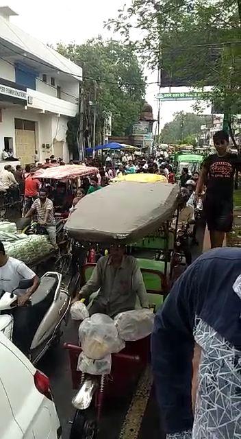 गांधी पार्क चौराहे से सुभाष तिराहे तक आधा घंटे लगा जाम  कई वाहन जाम में फंसे-पुलिस ने काफी मशक्कत से खुलवाया