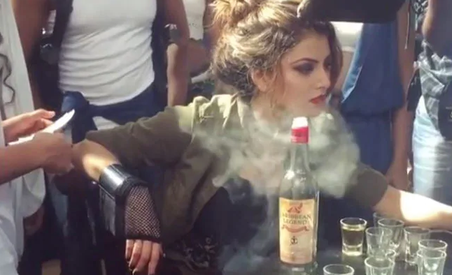 उर्वशी रौतेला शूटिंग के लिए पी रही थीं सिगार, तभी हुआ कुछ ऐसा सेट पर मच गया हल्ला